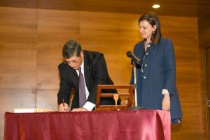 D. Jesús T. Pastor Ciurana junto a la Consellera de Educación Dña. Mª José Català Verdet, en la firma del cargo como rector.
